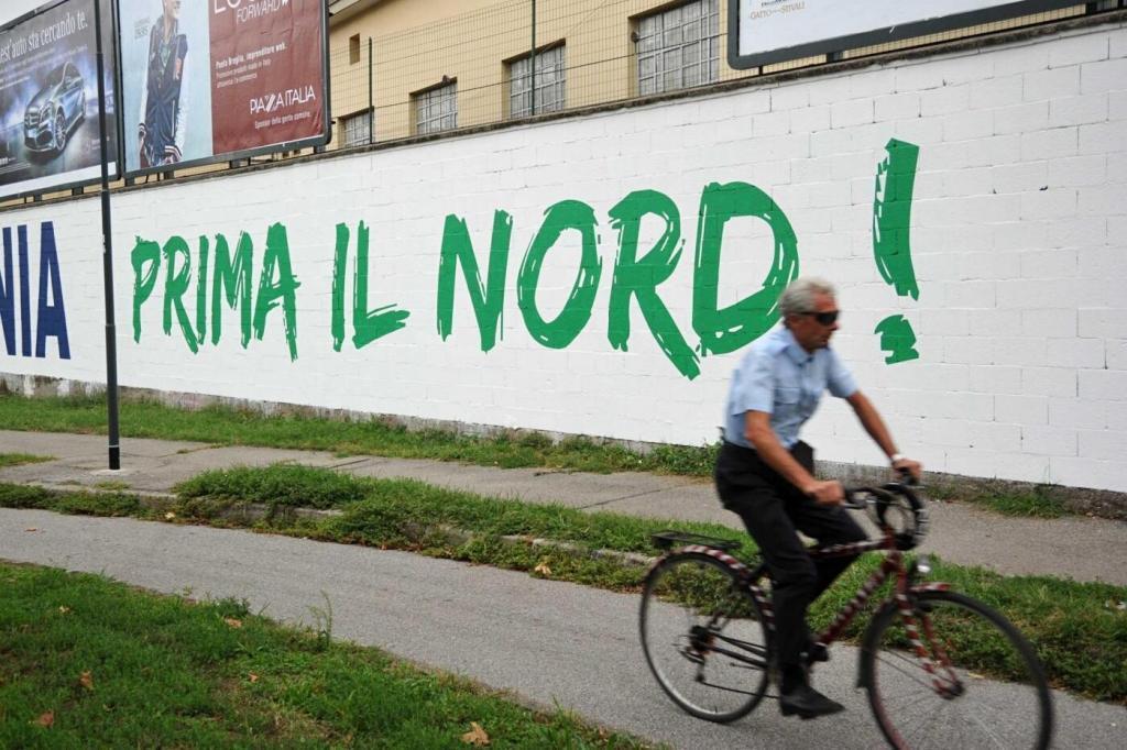 Le nuove scritte sulla sede della Lega Nord in Via Bellerio a Milano