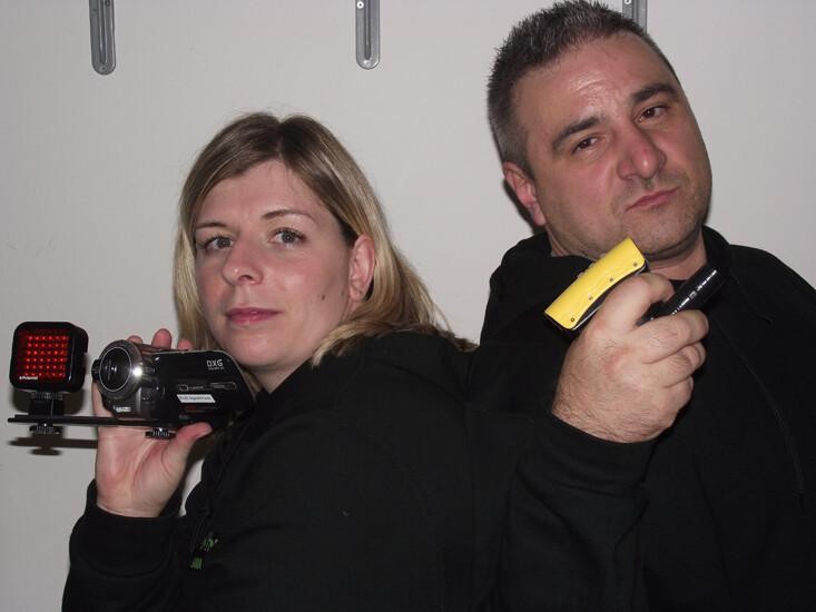 Francis Pianari e Sara Iacopi, i Ghostfinder nel loro studio con le attrezzature per captare segnali anomali di fantasmi