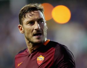 FROSINONE, ITALY - SEPTEMBER 12: Francesco Totti of AS Roma looks on during the Serie A match between Frosinone Calcio and AS Roma at Stadio Matusa on September 12, 2015 in Frosinone, Italy. (Photo by Paolo Bruno/Getty Images)