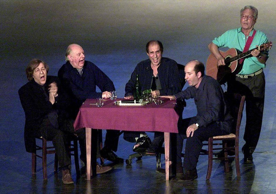 """20010517-MILANO-SPE-CELENTANO:FIORELLO, DI POLITICA NON PARLO, LO FANNO GIA' ALTRI. Giorgio Gaber, Dario Fo, Adriano Celentano e Antonio Albanese (da sin. a dx.) seduti al tavolo stasera durante la trasmissione """"125 Milioni di caz...te"""". In piedi con la chitarra Enzo Jannacci. GIANCARLO COLOMBO/ANSA/PR"""