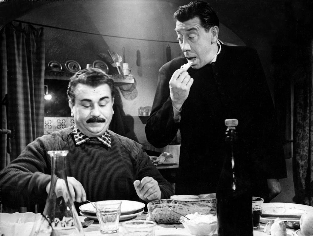 Don Camillo e Peppone mentre mangiano durante una puntata della serie tv ambientata a Brescello in provincia di Reggio Emilia