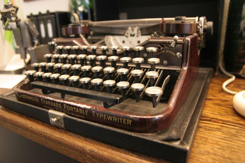 typewriter-401858_960_720