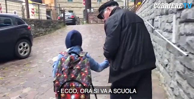 """Il nonno """"adottivo"""" accompagna il bimbo non vedente a scuola. E il web si commuove"""